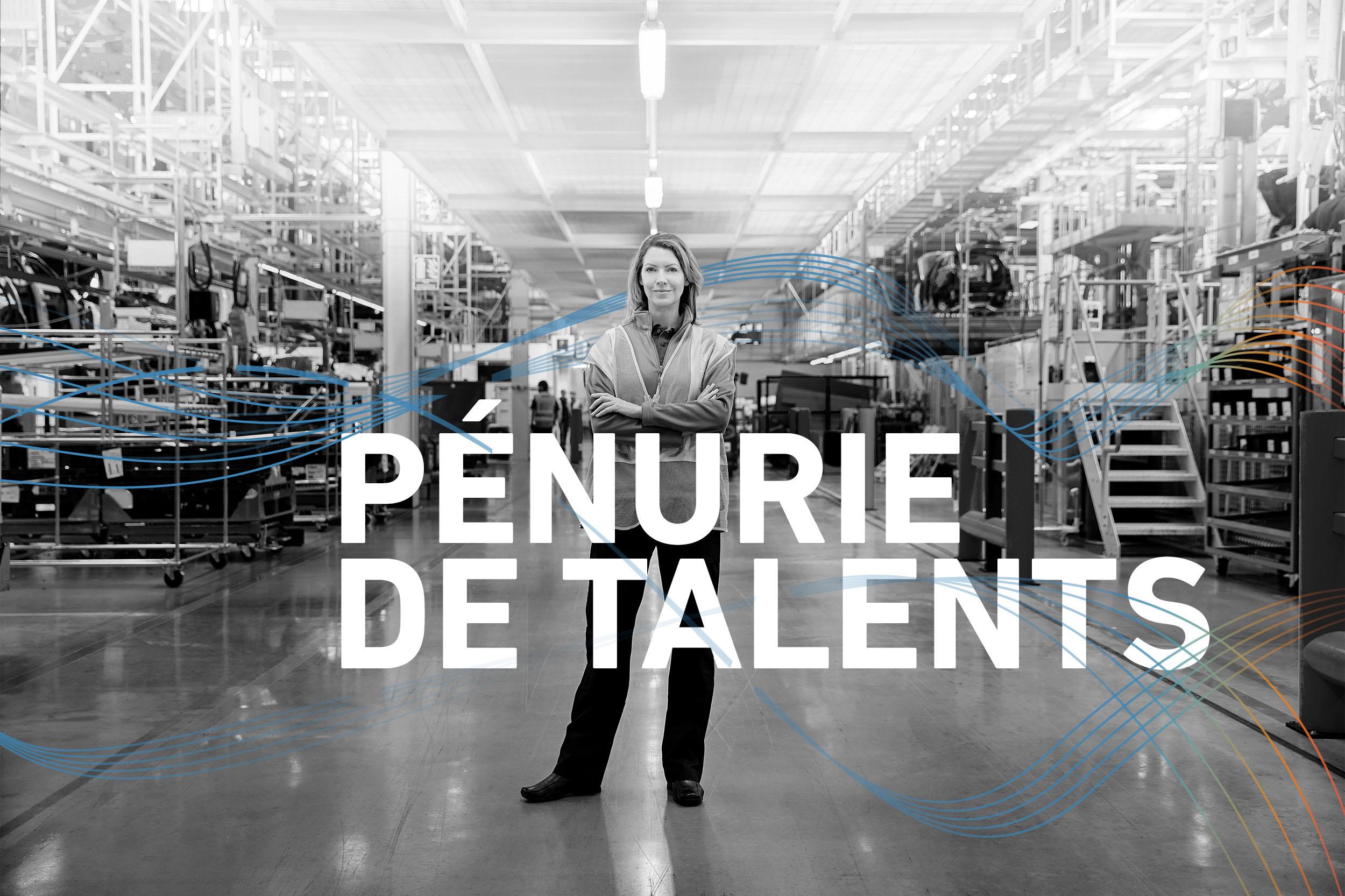 Une femme debout dans un environnement de fabrication